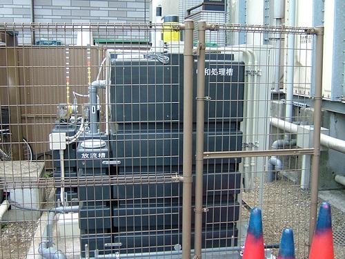 限られたスペースにも設置可能な透析排水の中和装置